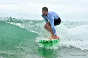 Surfista brasileiro cria pranchas com garrafas PET