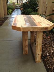 Norte-americano reaproveita paletes para fabricar mobílias artesanais